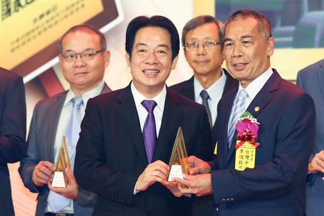 副總統賴清德頒發傑出企業獎,由中油李順欽總經理代表領獎。圖/台塑企業提供