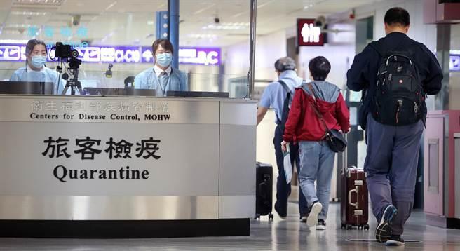 境外移入+4 指揮中心最新說明。圖為一群旅客搭機抵達桃園機場,在入境前經過發燒篩檢站。(本報資料照/范揚光攝)