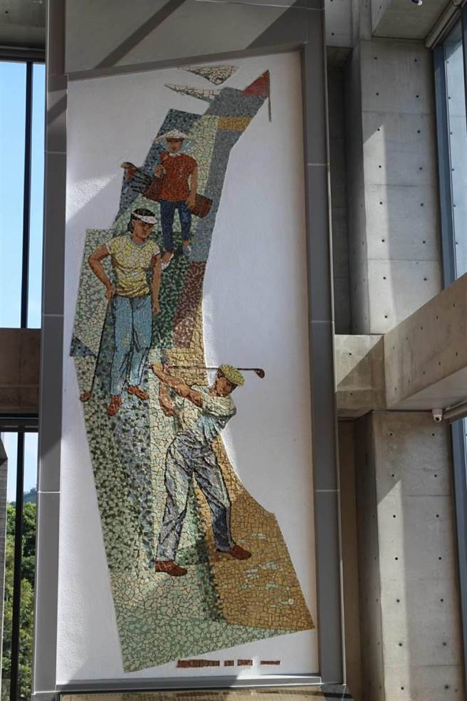 台灣工藝前輩藝術家顏水龍創作的「高爾夫揮桿圖」高720公分、寬240公分,構圖精彩,色調鮮豔。(豐原高爾夫俱樂部提供/王文吉台中傳真)