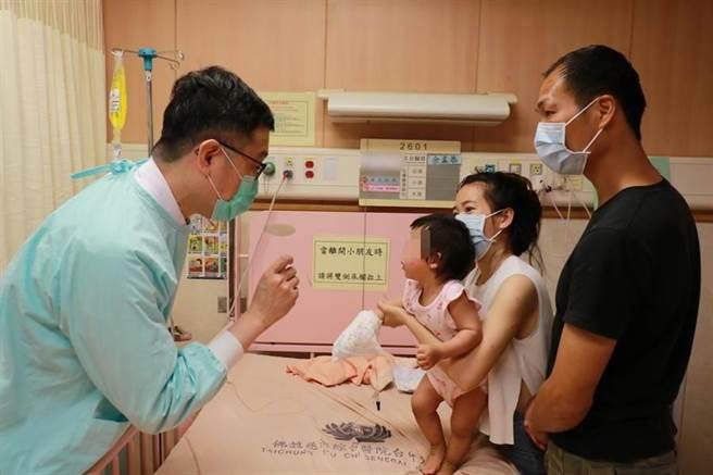 台中慈濟醫院小兒科醫師余孟恭向女嬰父母說明水痘病毒感情形。(台中慈濟醫院提供/王文吉台中傳真)