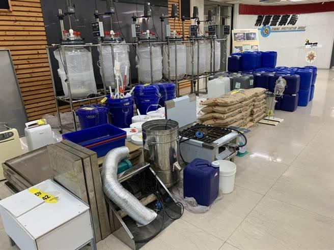 警方當場查扣製毒設備、化學試劑、成品及半成品等贓證物。(林郁平攝)