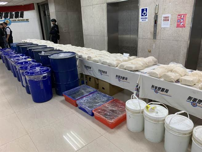警方初估查獲的150公斤喵喵成品約可調配製出150萬包毒咖啡,市價高達5億以上。(林郁平攝)