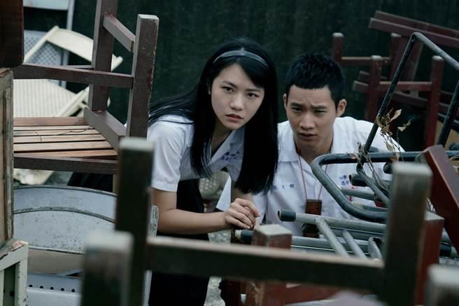 《返校》影集中黃冠智(右)與李玲葦(左)飾演同班同學。(公視提供)
