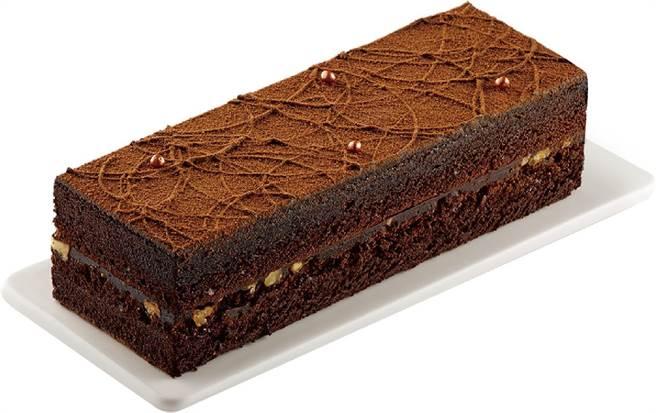 全聯We Sweet與Hershey's聯名「經典黑鑽生巧克力長條蛋糕」,原價318元、特價159元。(全聯提供)