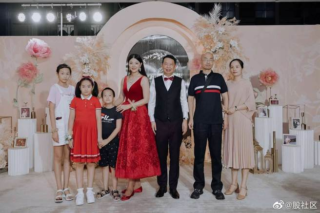 陳景河與錢冰婚禮合照,最右邊是陳景河的兒子與媳婦。(取自微博)