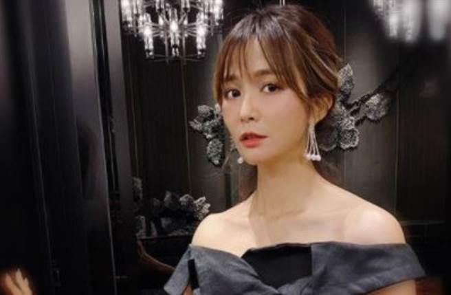 40岁女星吴怡霈穿上平口黑洋装大秀锁骨线及直角肩。(图/IG@wuipei29)