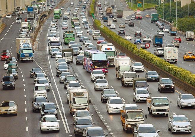 花東地區國慶連假訂房率達90%,預估車潮將會高於中秋連假,圖為中秋節國道上大量車潮。(本報資料照片)