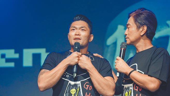 李玖哲(左)昨唱完哽咽落淚,吳宗憲拍肩安慰。(滾石提供)