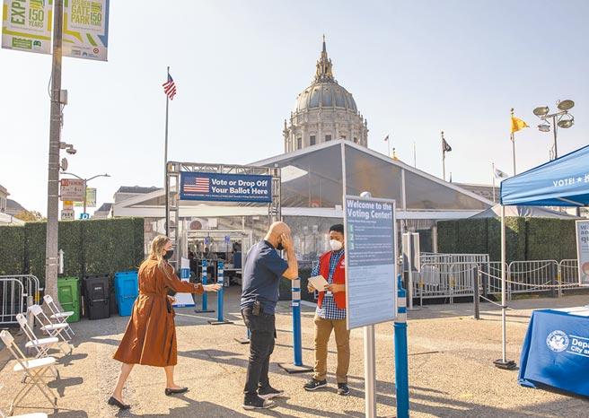 大陸11月密集研商美大選後兩岸局勢。圖為10月5日,美國舊金山市工作人員在戶外投票中心工作。 (新華社)