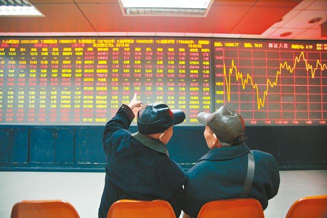 西安一證券交易所,股民在看盤。(視覺中國)