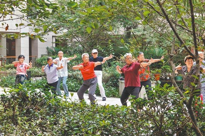 老人們在社會福利中心鍛鍊身體。(新華社資料照片)