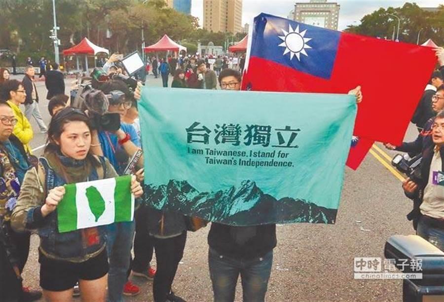 台灣人真的支持「台獨」?一張圖曝16年民調變化。圖為 台獨人士在凱道舉起台灣獨立旗。(圖/本報系資料照)