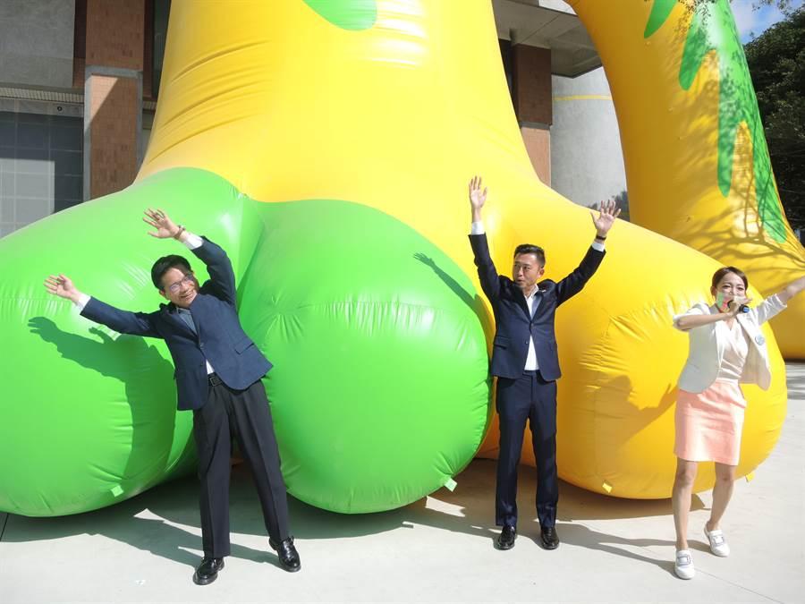 交通部長林佳龍(左)走訪新竹參觀台灣設計展,跟市長林智堅(左二)玩起大風吹。(邱立雅攝)