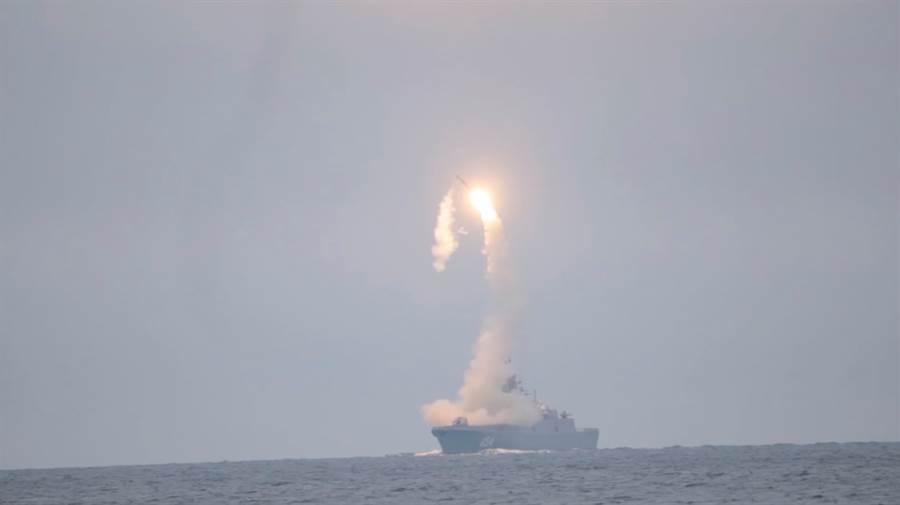 俄海軍「戈爾什科夫海軍元帥號」護衛艦6日試射一枚「鋯石」高超音速飛彈。(路透)