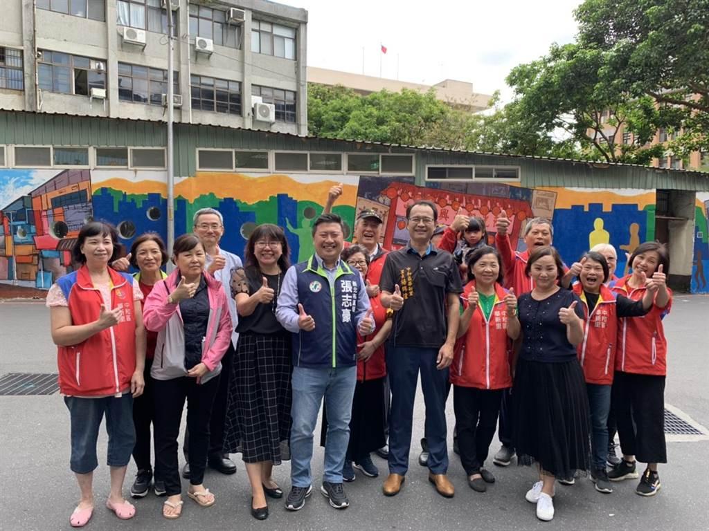 新北市議員張志豪今(8日)和華新里長楊錦煌、華夏科技大學學務長蘇聖珠一起見證「南勢角觀光廊帶彩繪牆」完工。(張志豪提供)