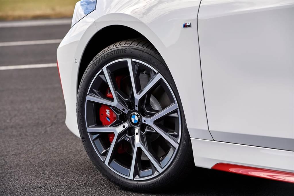 前輪採用鋁製四活塞整體式固定卡鉗和360 x 30毫米的通風盤;後輪則採用帶有300 x 20毫米通風制動盤的浮動卡鉗。並且,BMW還準備了Michelin Pilot Sport 4(225/40 R18,非上圖所示)可提供買家進行選配,並且是免費!