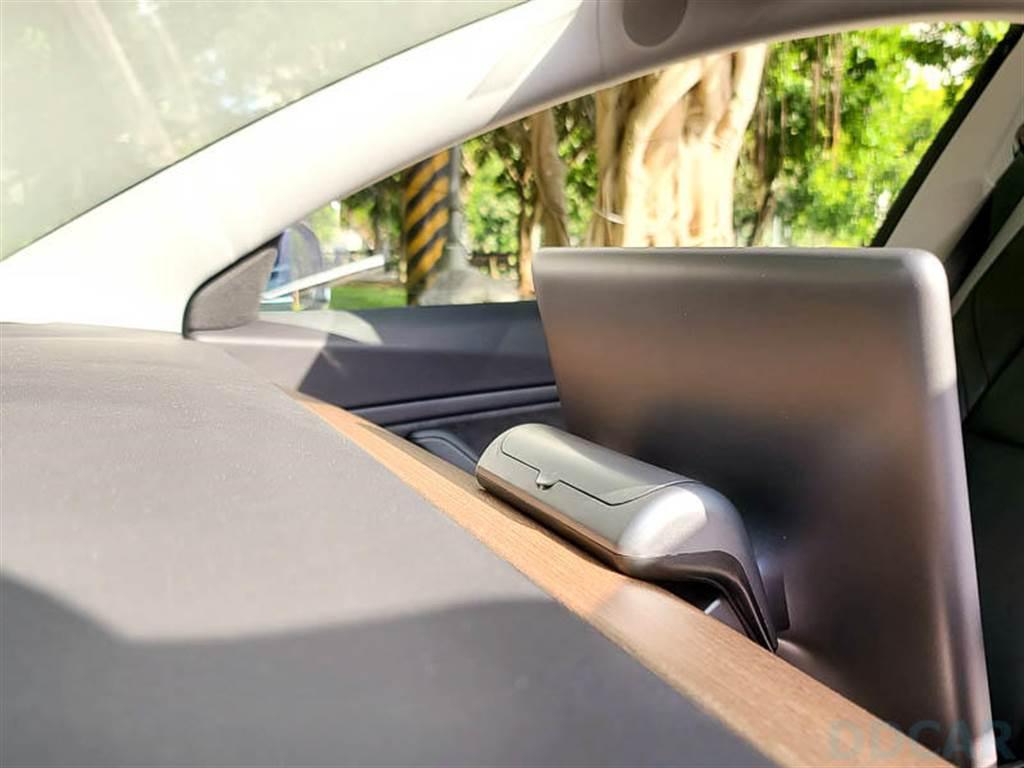 活用 Model 3 車內空間的又一小物:太陽眼鏡置物盒 + 臨停號碼牌。