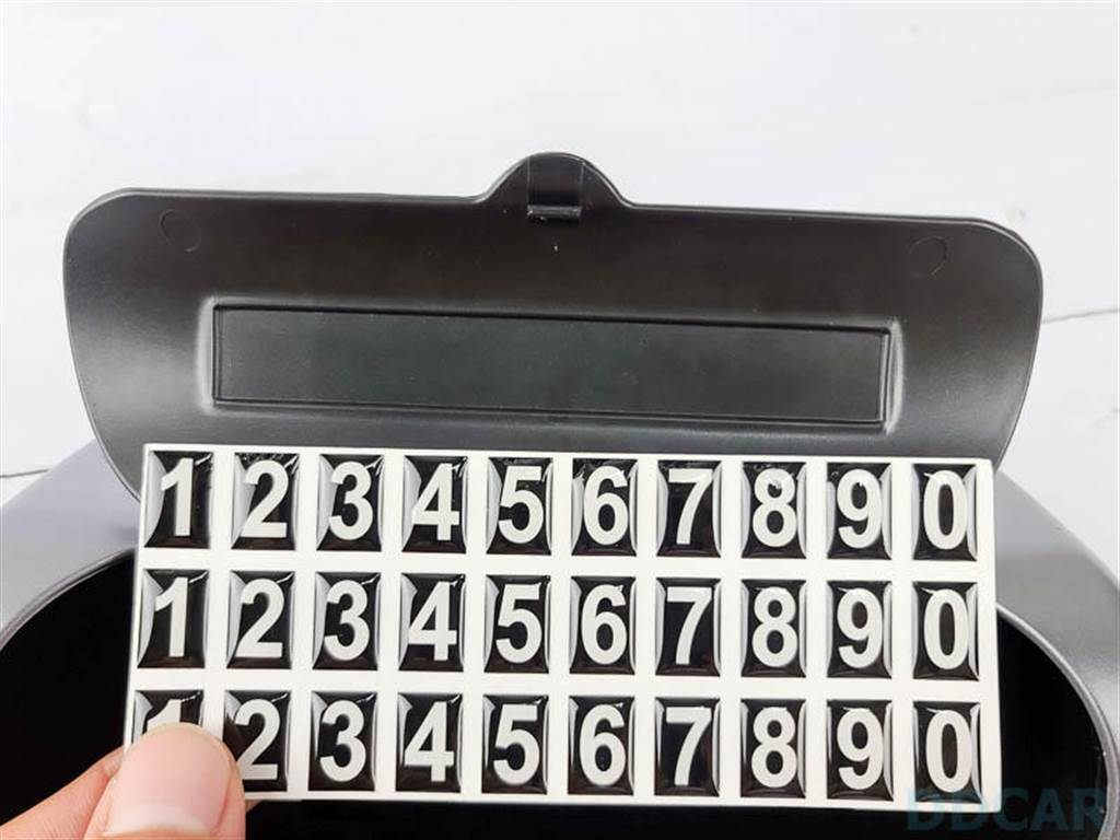 這些數字貼紙就是讓車主可以貼上手機號碼的,臨停的時候,就把盒子打開對車外展示。