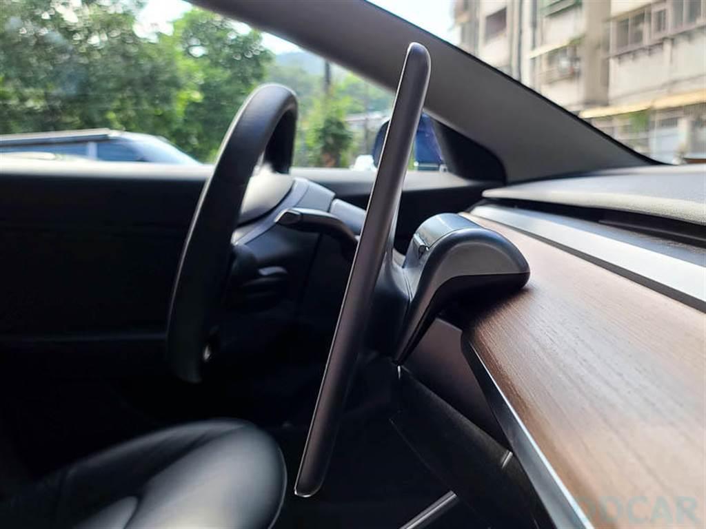 Model 3 車內新玩具:太陽眼鏡置物盒附加臨停電話號碼牌功能,活用空間的又一創意小物