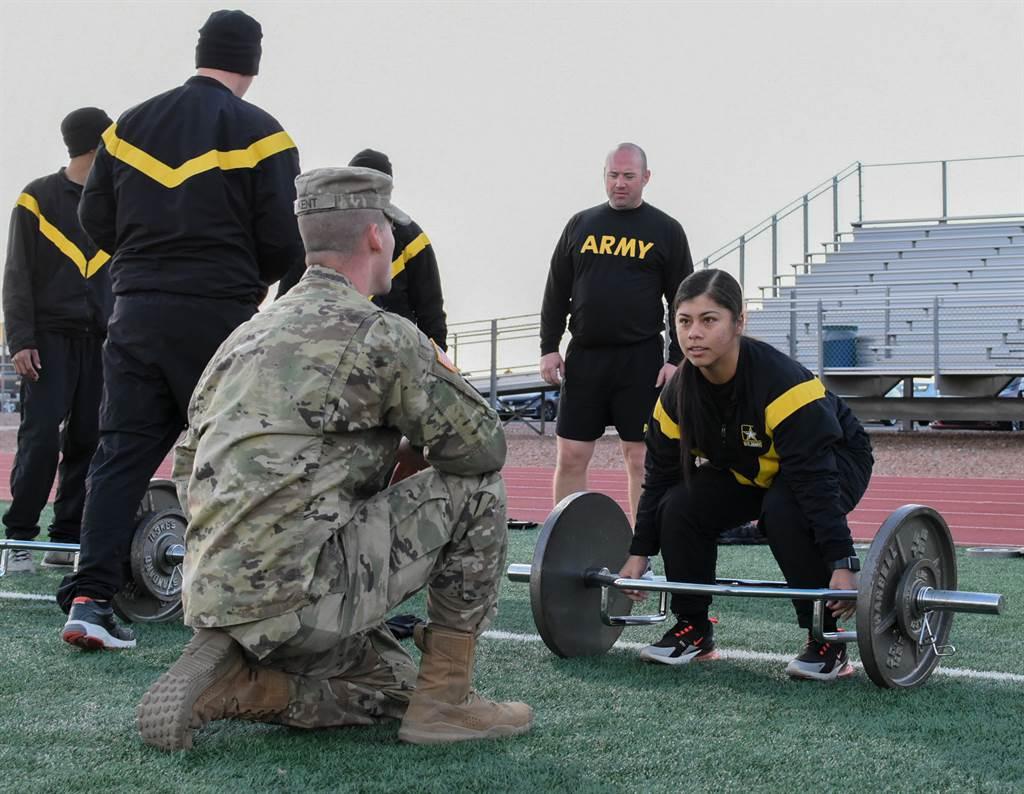 受疫情波及,美陸軍宣布2021財年入伍士兵,其ACFT鑑測結果將不影響結訓。圖為美軍實施硬舉測驗。(圖/取自DVIDS)