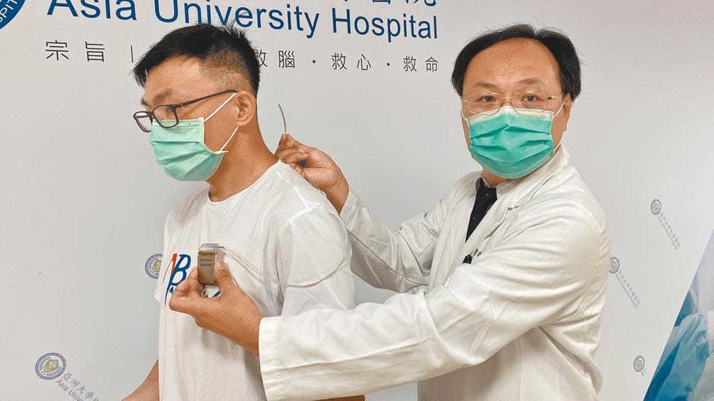 亞大醫院神經外科主任林志隆(右)表示,「脊椎電刺激療法」手術,透過「神經刺激器」發送微量電波抑制患部傳送到腦部的疼痛訊息,以降低疼痛感。(陳淑芬攝)
