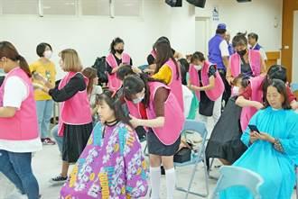 明新科大時尚系師生 前往橫山鄉染髮義剪