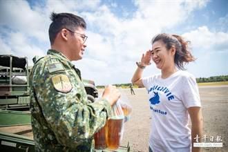 澎湖官兵頂風沙操演 「愛國飲料」美女老闆娘親自外送涼飲