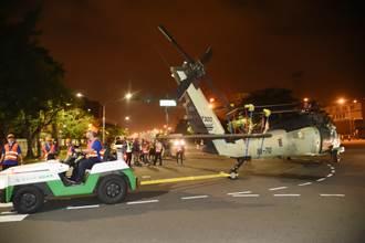 6架黑鷹直升機運抵高雄 軍事迷朝聖街頭拖機秀