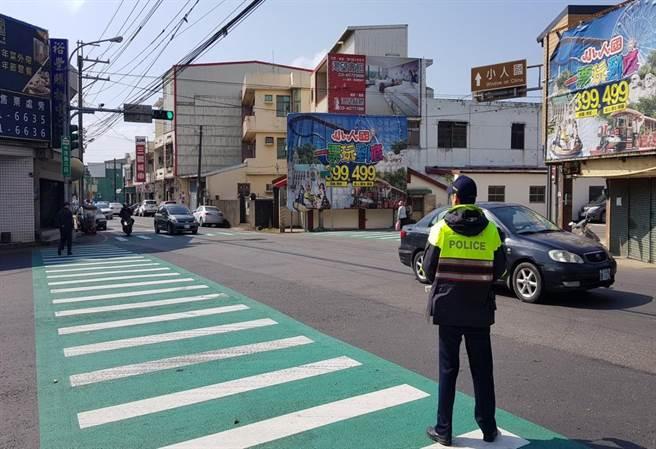 桃園龍潭警分局針對連假期間易壅塞路段進行交通疏導。(龍潭警分局提供/黃婉婷桃園傳真)
