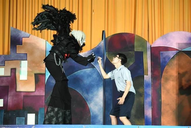 紙風車劇團自101年起啟動青少年反毒戲劇工程,透過戲劇,在學子心中扎根反毒觀念。(紙風車劇團提供)