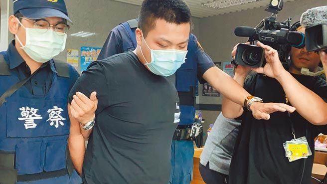 23歲男子劉丞浩(左二)對館長陳之漢連開3槍,遭警方移送至新北地檢署時,全程低頭不語。(戴上容攝)