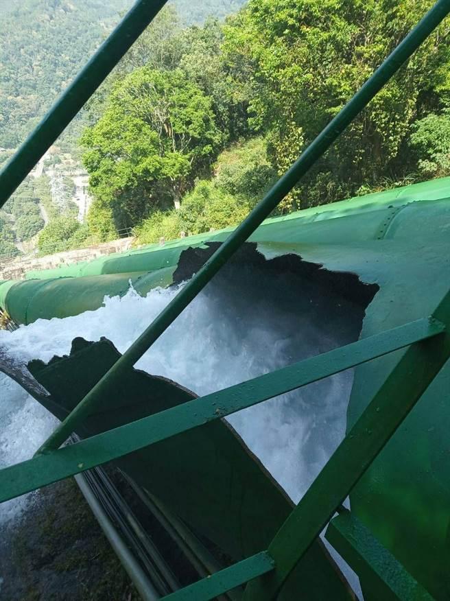 大觀水力發電一廠的鋼管,10月5日上午意外爆裂,強烈水柱傾瀉而出(民眾提供/黃立杰南投傳真)