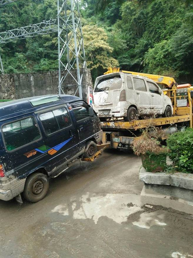 大量泥水傾瀉,導致大觀廠周邊的道路佈滿泥漿,有多輛的汽車被波及沾滿泥濘,所幸沒有造成人員傷亡(民眾提供/黃立杰南投傳真)
