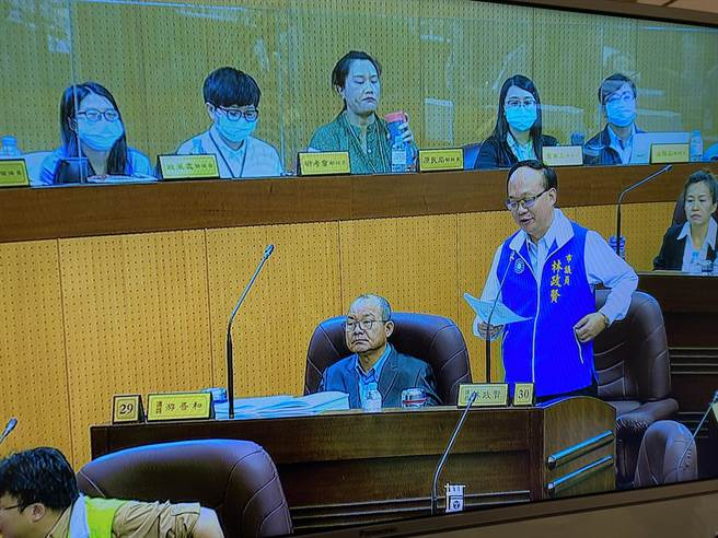 國民黨團總召林政賢譴責言語暴力,要求游吾和道歉,身旁坐得正好就是游吾和。(蔡依珍攝)