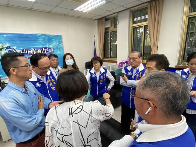 藍黨團休息時間開會討論,一度要將游送紀律委員會。(蔡依珍攝)