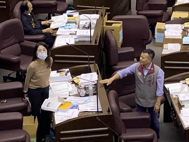 舒翠玲不滿被扭曲當場回嗆,前方正好坐曾是十大槍擊要犯的議員段樹文,也連忙站起來緩頰。(蔡依珍攝)