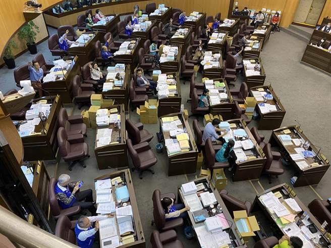 國民黨以人數優勢通過預算擱置案。(蔡依珍攝)