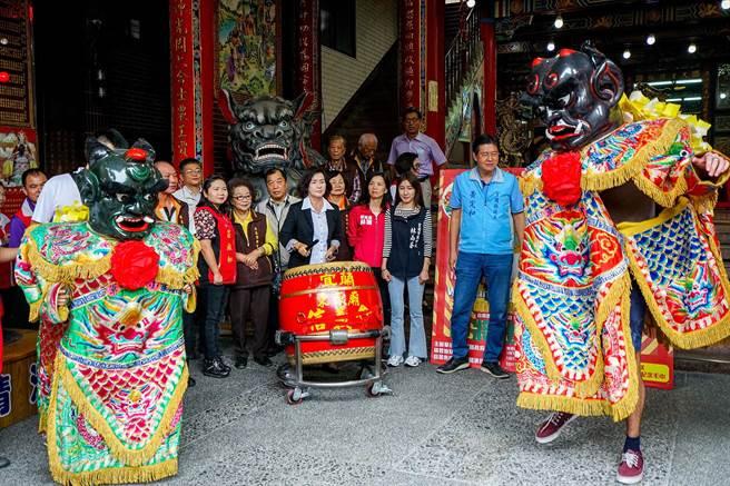 宜蘭縣政府在蘭陽媽祖文化節前舉辦「神將體驗營」,今天邀請留在台灣的英國籍兄弟率先體驗,縣長林姿妙親自打鼓擊奏。(李忠一攝)