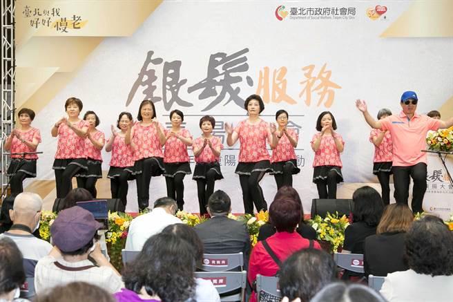 109年度台北市政府銀髮服務表揚大會上,銀髮志工們表演舞蹈,展現活力。(圖/業者提供)
