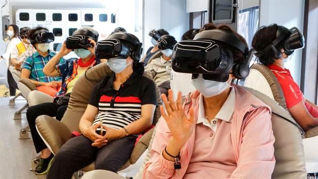 人間公益影展今年再度替高雄地區銀髮族,帶來VR電影體驗,現場長者熱情參與。(圖/業者提供)
