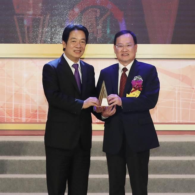 遠雄人壽榮獲國家品牌玉山獎三項大獎及全國首獎,總經理趙學欣(右)從副總統賴清德(左)手中接下獎座。(遠雄人壽提供)