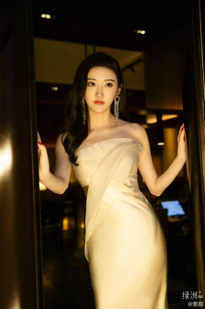 32歲大陸女星景甜穿上金色平口禮服大秀好身材。(圖/摘自微博@景甜)
