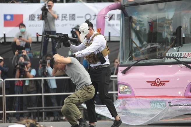 圖說:警政署維安特勤隊在總統府前模擬公車遭到挾持,並在直升機上進行垂進降後,攻堅營救人質。(警政署提供/戴志揚翻攝)