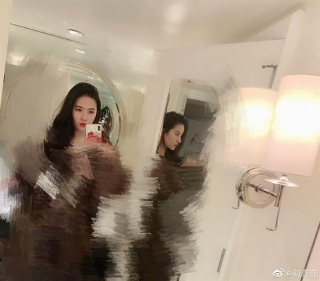 刘亦菲替新衣服打马赛克,相当逗趣。(图/翻摄自微博)