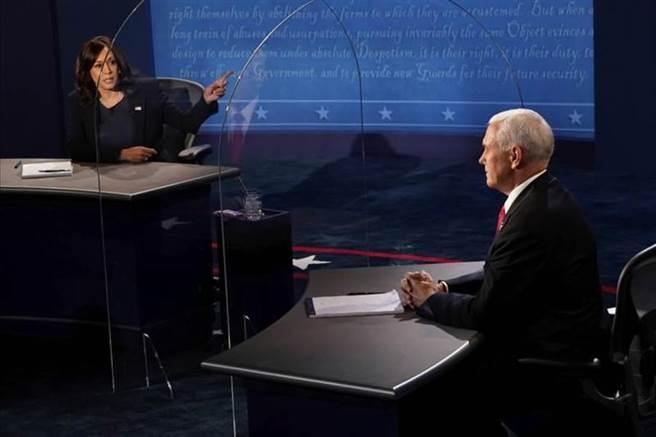 美國副總統候選人彭斯與賀錦麗在7日展開辯論。(美聯社)