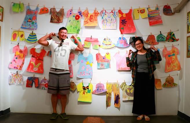 長年從事藝術教育的南飄夫妻李思華(左)、黃靜宜(右),近日在恆好畫廊策展《看見》,盼藉由天馬行空幫孩子留個紀錄,也替大人紀念那逝去的純真。(謝佳潾攝)