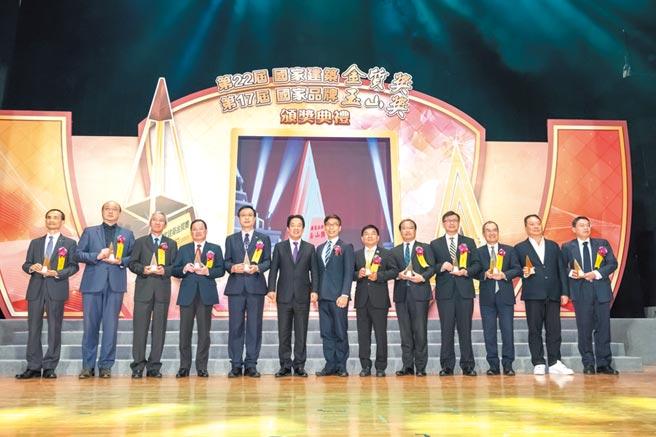 副總統賴清德(左六)與主任委員鍾佳濱(左七)及獲獎企業合影。圖/黃全興