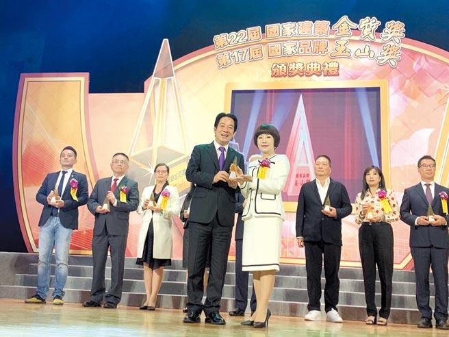 聯米企業榮獲第17屆國家品牌玉山獎「傑出企業獎」及「全國首獎」兩項殊榮,董事長莊麗珠(前排右)代表領獎,由副總統賴清德(前排左)頒獎。圖/林宜蓁