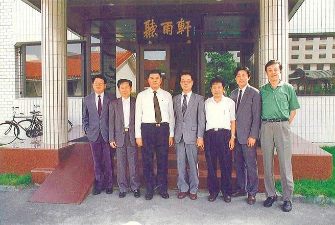 1992年9月2日,曾永賢(左三)與張榮豐(左一)密訪北京,其胞兄曾永安的女婿張輝武(右一)是兩岸密使管道得以建立的關鍵牽線者。(取材自張榮豐臉書)