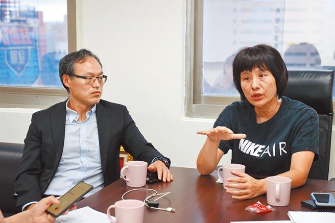 高中體總秘書長朱彩鳳(右)宣布由東森超視電視台接手轉播新賽季HBL與HVL。(黃邱倫攝)